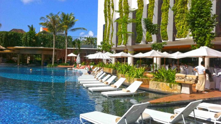 the_stones_hotel_poolside